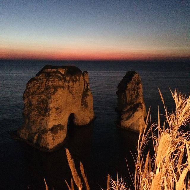 Não se sabe como se formou, mas tá aí 🇱🇧 libano lebanon ... (Pigeon Rock Beirut.)