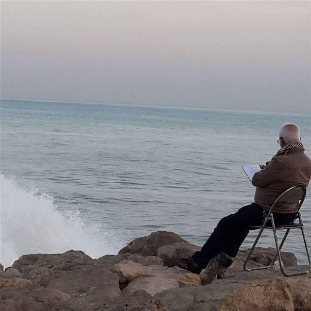 مشهدان متناقضان لفتا نظري قبيل طلوع شمس هذا اليوم أثناء تواجدي على الكورنيش (كورنيش صيدا البحري)
