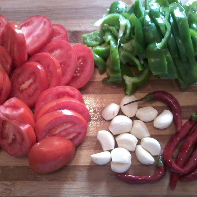 Nothing delicieus than food.... vegetables legumes tomate garlic...
