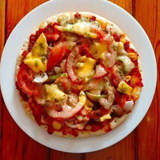 طبق البيتزا هو المفضل عند الكثيرين، لمكوناته المميزة ونكهته المتجانسة، وألو