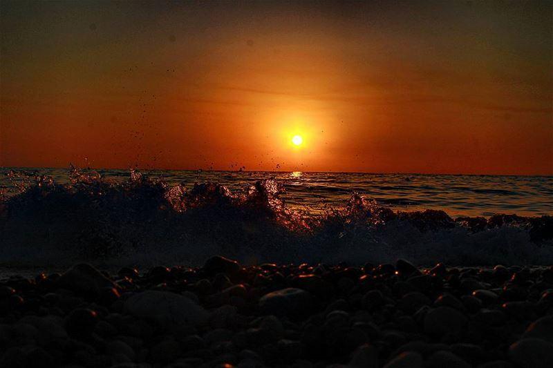 فز الموج تيعانقك قبل ما الشمس تنطفيويصير وقت يودعك وتروحي انت تختفي...