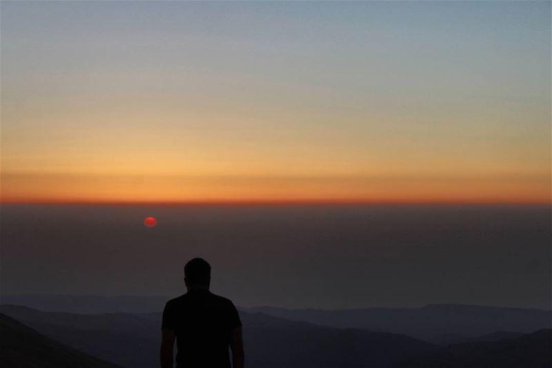 كلما الشمس تغيب و تفل ... بتحرم هالدني نورابقلها للحلوة تتطل ... بيغنيني ع (Qurnat as Sawda')