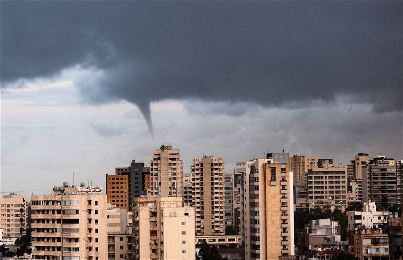 .Tornadic Weather NOW over the capital BEIRUT ! @livelovebeirut !!! 🌀⚡🌀 (Beirut, Lebanon)