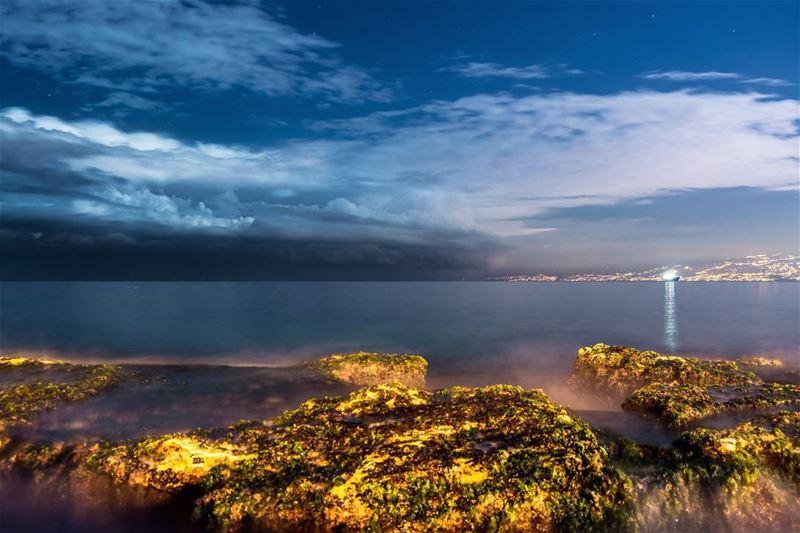 .Approaching storm... Eine El Mraisseh. Beirut coast at night ! Good... (3ein El Mrayse)