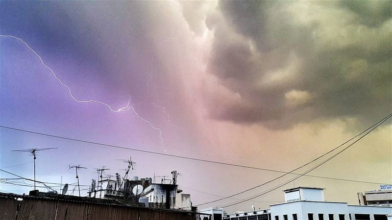 .Magical skies now Over beirut ! @livelovebeirut is under Storms ! 🌟🌟🌟⚡ (El Mazraa, Beyrouth, Lebanon)