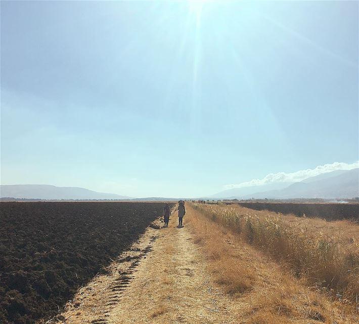 انت وانا ياما نبقىنوقف على حدود السهلوعلى خط السما الزرقامرسومة طريق الن (Bekaa valley)