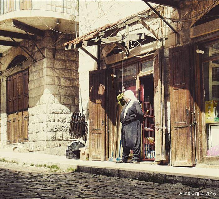 عالباب ناطر... بركي بيرجعوا rashaya oldsouk oldvillage village bekaa ... (Rashaya Al Wadi)