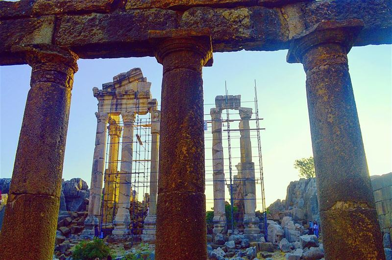 romancolumns columns romantemple roman heritage lebanon ... (قلعة فقرا الأثرية)