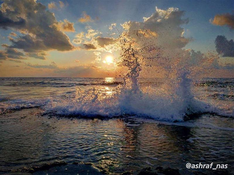 عم تخلص الكلمات، والقلب موجوع...عم تغرق البسمات، ببحر الدموع...... (Tyre, Lebanon)