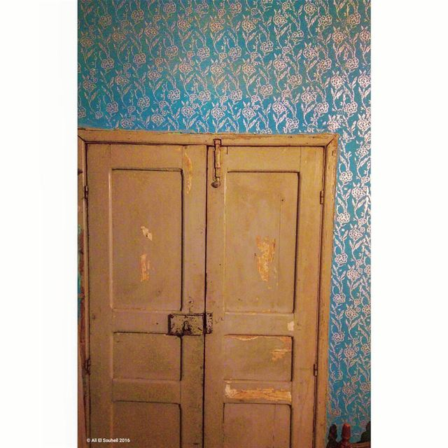 بيت جدّي 😍 old antique door grandpa house wall paint pattern ... (Hallousieh)