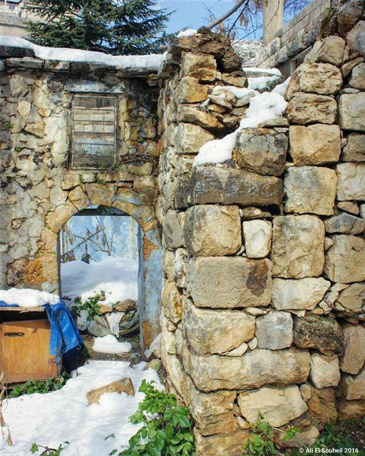 tb winter snow jezzine old wall door rock ... (Jezzîne, Al Janub, Lebanon)
