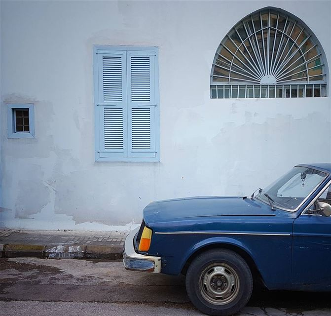 It's odd that an old window's best friend is always a waiting car 💙... (Gemmayze)