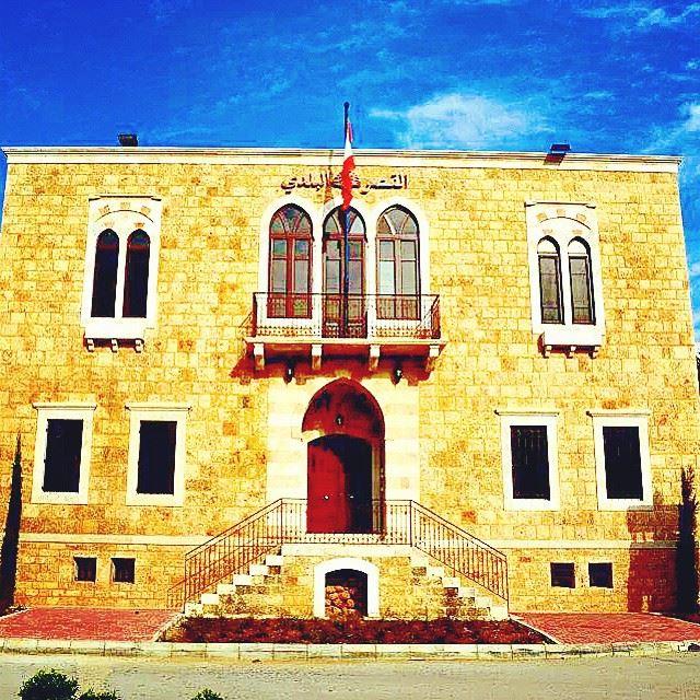 اجتماع عند الساعة 6 في مبنى البلدية يجمع رئيس البلدية أعضاء البلدية و جميع...