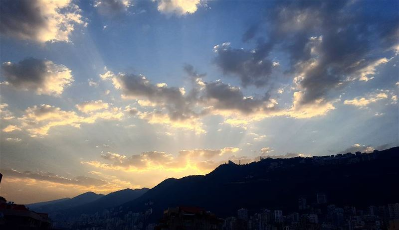 The sun rises to a new day. goodmorning sunrise positive ... (Joünié)