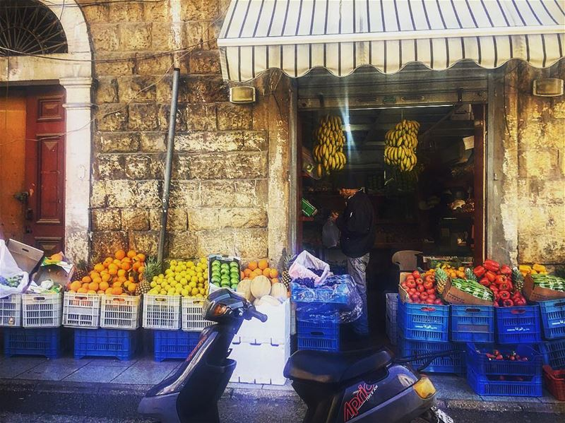 jounieh souk legumes old man lebanon beirut mobilette tomatoes banana... (Joünié)