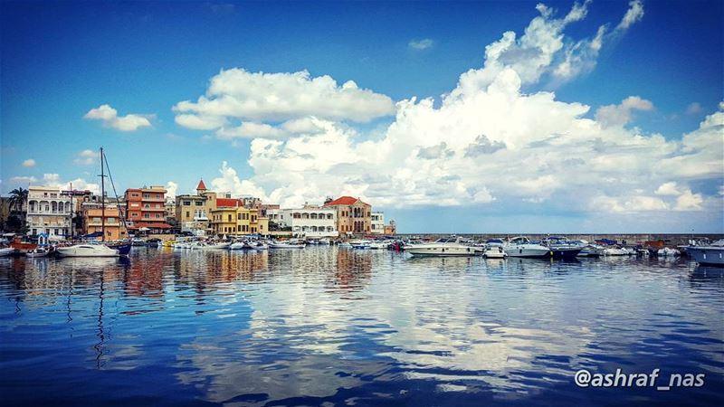 أزرق... أزرقلا شيء سوى اللون الأزرق...الموجُ الأزرقُ في عينيكيُجرجِرُني... (Tyre Fishermen Port.)