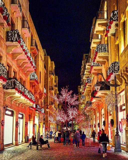 حبيبي ليل وسهريرسم وجهي ع الشجر...وتضوي فينا المدينةونصفي نحن الزينة...... (Beirut-Down Town)