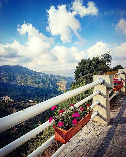 بيني وبينك سجر البنوحب الهال وزهر النوم...بيني وبينك تسع جبالوعرب وصحرا... (Jezzîne, Al Janub, Lebanon)
