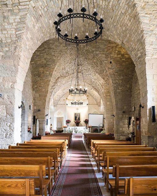 Interior da histórica igreja de Nossa Senhora da Colina, Saydet El Talleh,... (Sayedet El Talleh)