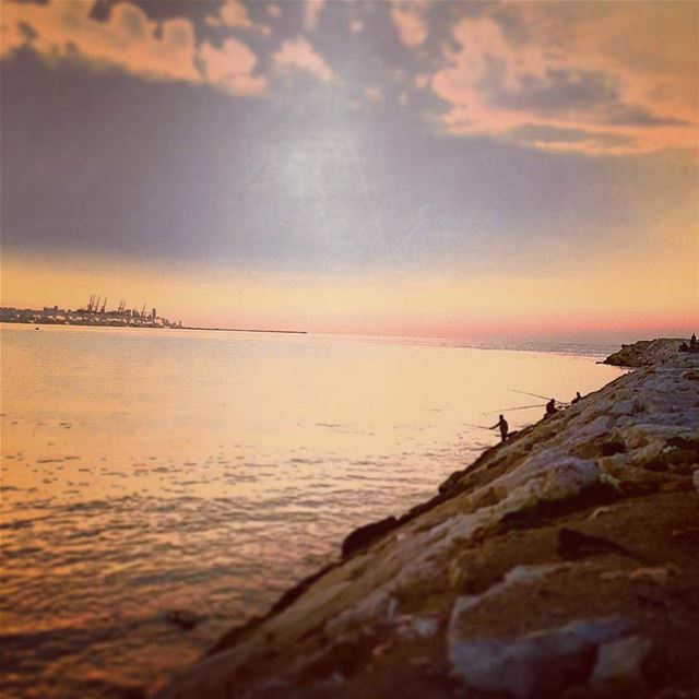 Pêcheurs au soleil couchant face à Beyrouth. Fishermen at dawn. dawn ...
