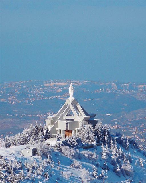 Paisagem de inverno no Santuário de Nossa Senhora de Ehden ou Nossa... (Saydet El Hosn - Ehden)