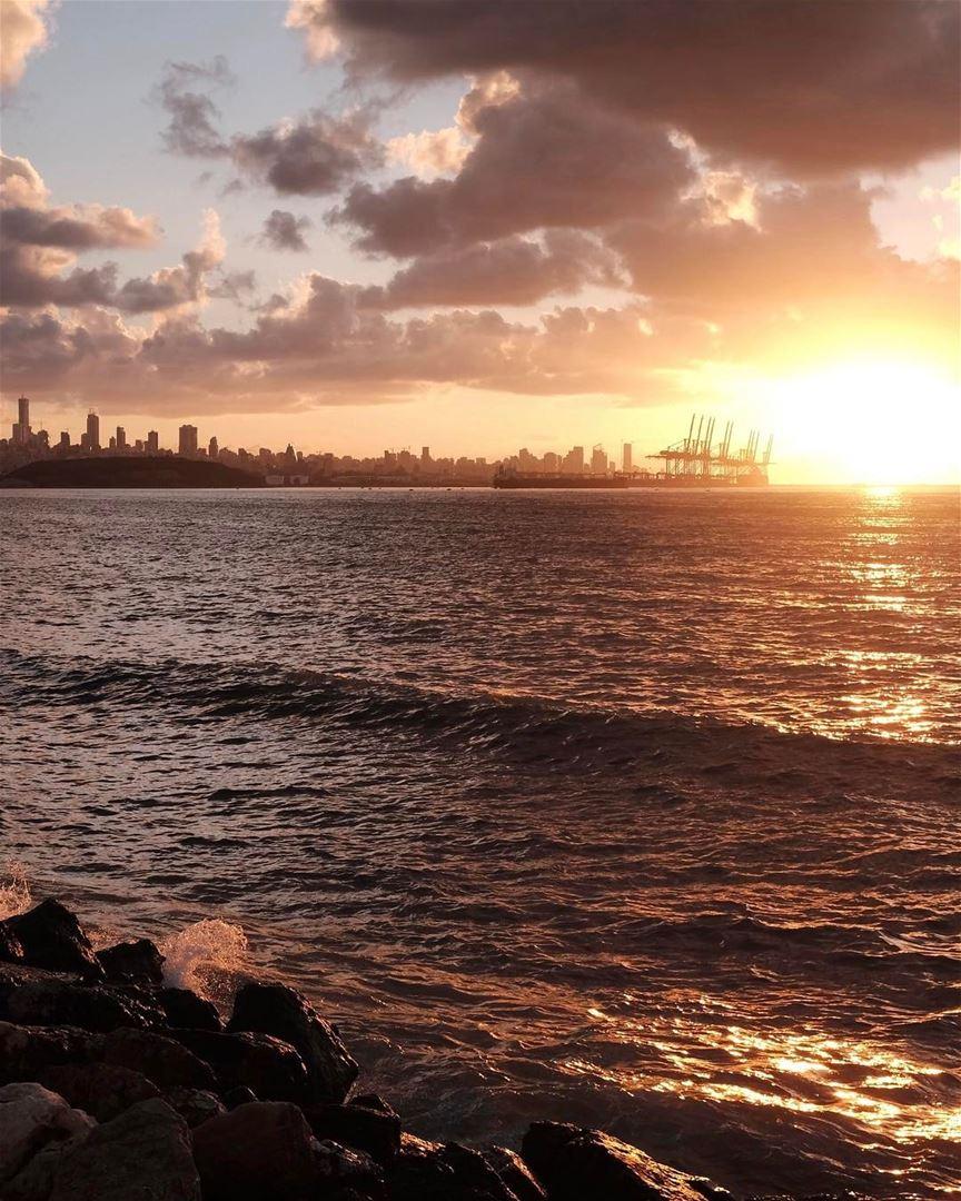 Terminando a semana com esta bela foto do pôr do sol sobre o Porto de... (Port of Beirut)