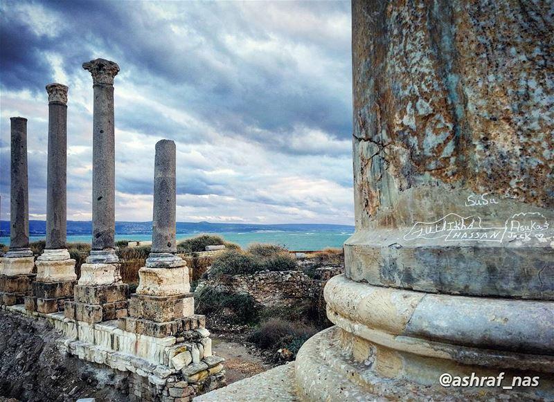 لا خضر الأسامي ولا لوزياتلا كحلي بحري ولا شتويات...ولا لونن أزرق قديم ما... (Roman ruins in Tyre)