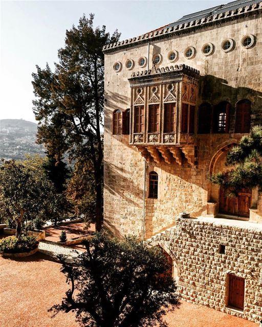 Palácio Moukhtara fotografado por @hammoudmarian A cidade de Moukhtara é... (El-Mukhtarah, Mont-Liban, Lebanon)