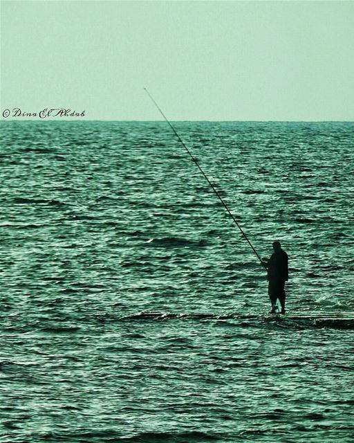 Je regardais fixement en passant, sur les roches en face, un pêcheur à la... (الميناء طرابلس)