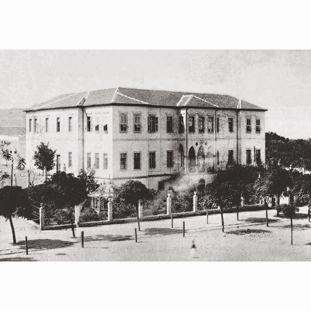 طرابلس السرايا العثمانية التي كانت تقع مقابل ساعه التل مباشرة ،