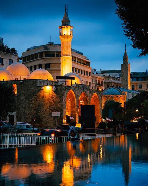 Minarete da mesquita Al-Omari refletido no espelho d'água na Rua Weygand,... (Al Omari Mosque)