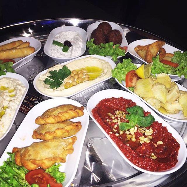 Kalla och varma smårätter 😍👌🏻 @libanesiskahornan Makalöst gott!! ... (Libanesiska Hörnan)