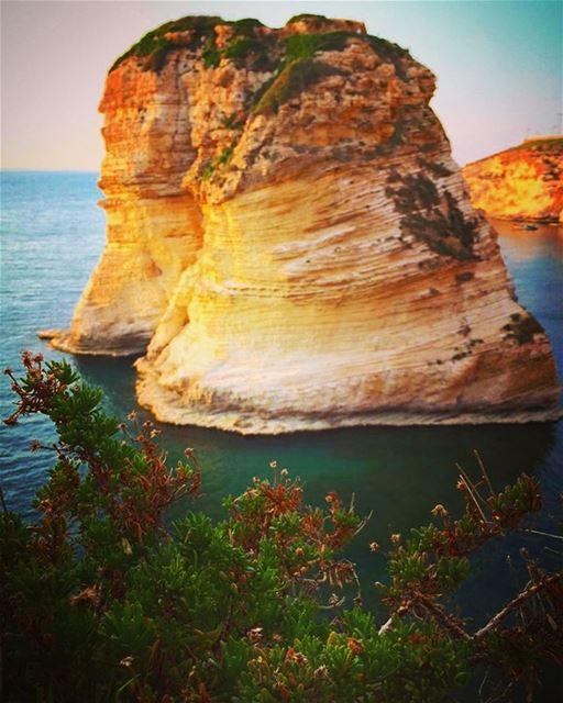 This Rock rocks 💛💥 raouche beirut goldenhour onthebeach ... (Raouche Rock)