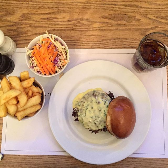 What burger heaven looks like! Bearnaise sauce, fries coleslaw @frostyp (Frosty Palace)