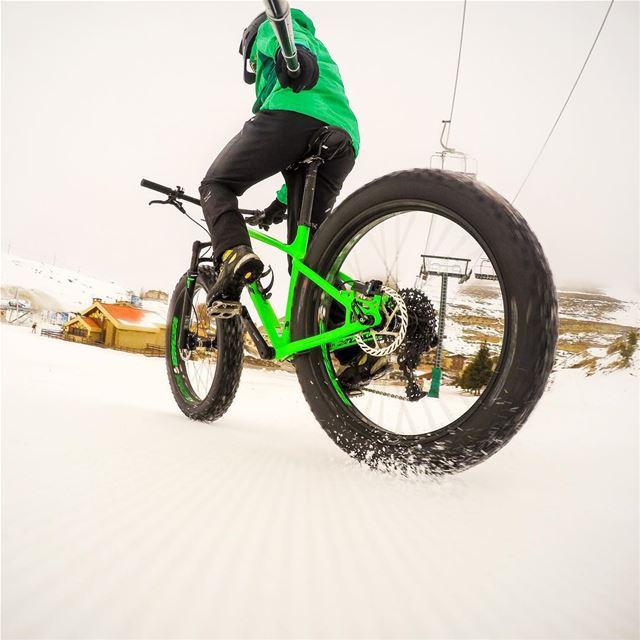 And when it's bad weather i go biking ! 🚴🏻 trekbikes farley fatbike ... (Mzaar Kfardebian)