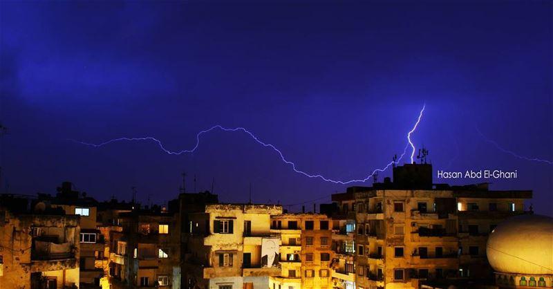 البرق ينير سماء القبة ... اهلا بالشتاء ⛈ rain raining rainyday ...