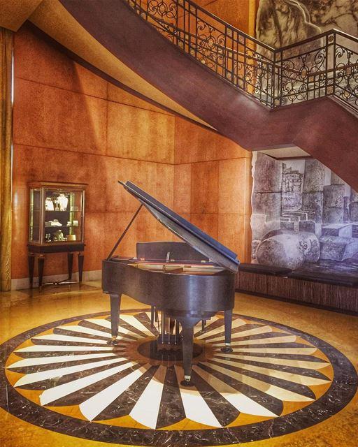Quand on vit trop Beau trop Fort On en oublie le temps qui passeComme on... (Four Seasons Hotel Beirut)