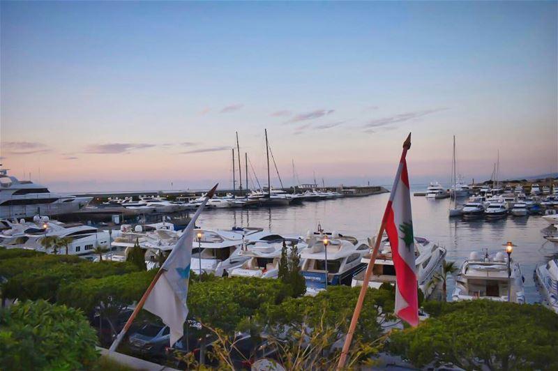 N'hésite jamais à t'éloigner, au-delà de toutes les mers, au delà de... (Club La Marina - Dbaye)