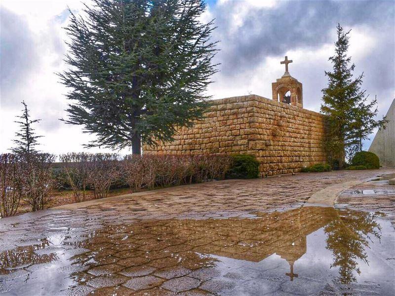 يا مريمُ البكرُ فُقتِ الشمسَ والقمرَوكلّ نجمٍ بأفلاكِ السماءِ سرَى 🙏... (Saydet El Hosn - Ehden)