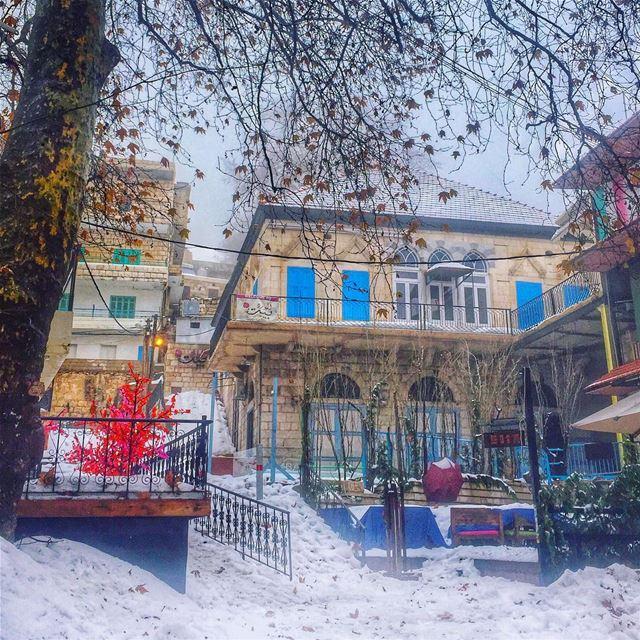 La neige au chaume coud ses FrangesMais sur le toit s'ouvre le CielEt,... (Ehden, Lebanon)