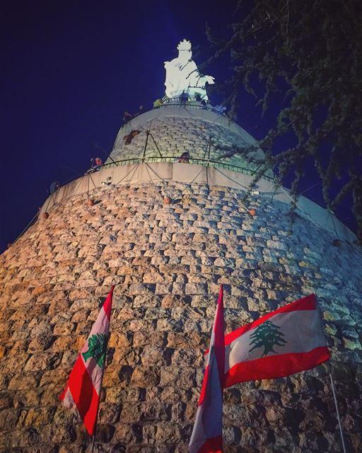 يا رفيقة الإيام، بالصلاة والإيمان اغمُرينا بالسلام والهنا والأمان وفيضي ع (The Lady of Lebanon - Harissa)