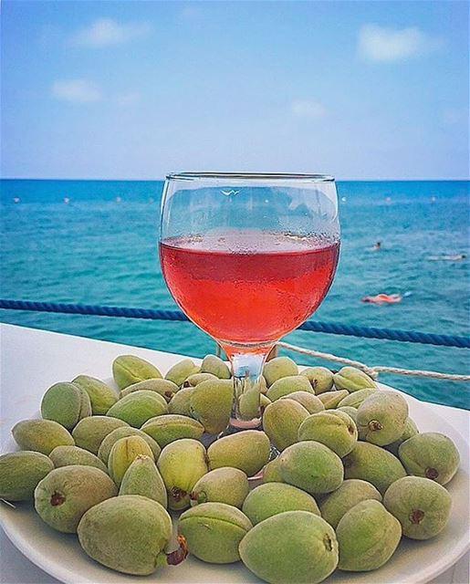 anfeh en Bleu et rosé 💙🍷 pour le premier vendredi d'été 🌞... (Wassim 3al Ba7er)