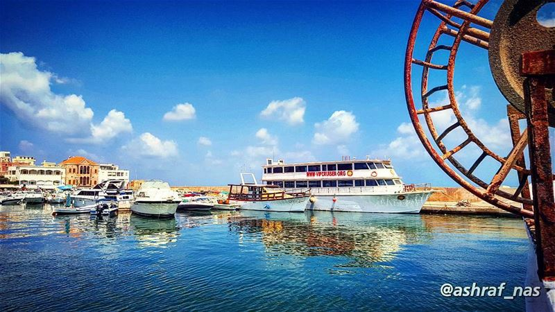 لماذا أُحبُّكِ؟إنَّ السفينةَ في البحر، لا تتذكَّرُ كيف أحاط بها الماءُ...... (Tyre Fishermen Port.)