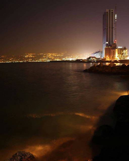 Good Night Beirut 🌙By @anthonyassaad_ CornicheBeirut AinElMrayseh ... (Ain El Mreisse, Beyrouth, Lebanon)