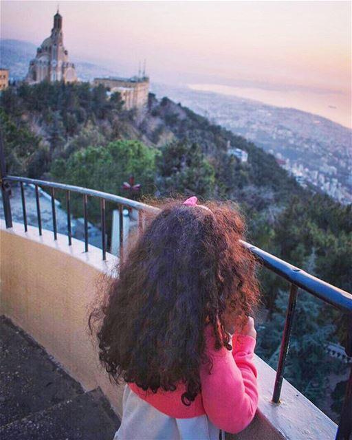 قبل أن أحببتك كنت ريشاًبعثرته رياح الأرض على التراب،وبعد أن أحببتك أصبحت... (Notre Dame Du Liban Harissa)