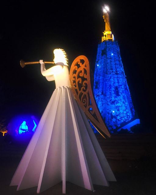 Les anges dans nos campagnesOnt entonné l'Hymne des CieuxEt l'écho de... (Basilique Saydet l Mantara Maghdoushe)