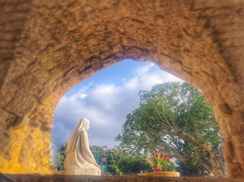 هون كانت مريم العذراء تنطر يسوع هون للإيمان أجمل ينبوع من سيدة الحصن لسيد (Saydet L Mantara Maghdoushe)