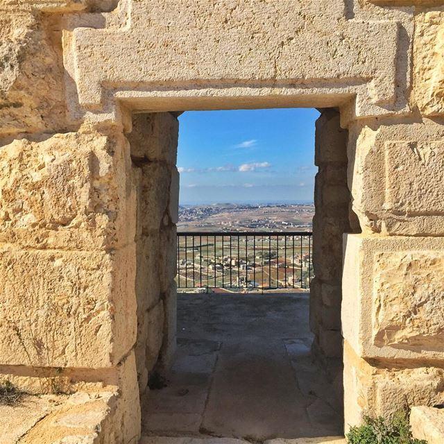 Peaking... (Beaufort Castle, Lebanon)
