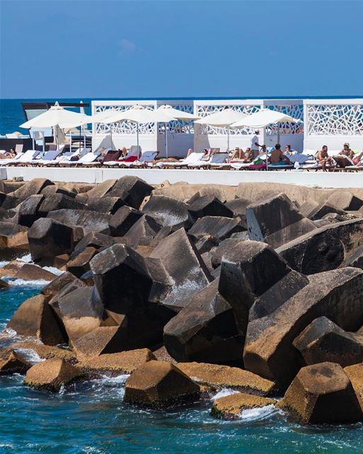 Outra ótima opção para curtir o verão em Beirute é o Riviera Hotel @riviera (Riviera Hotel & Beach Lounge Beirut)