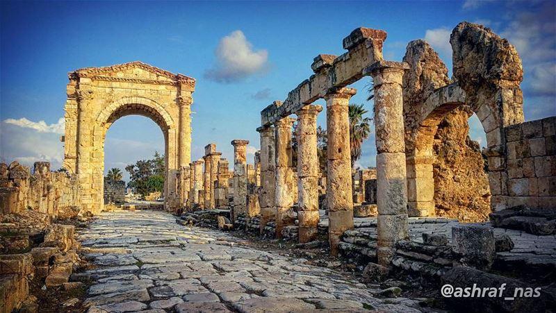بيقولوا صغيّر بلديبالغضب مسوّر بلدي...الكرامة غضب... والمحبة غضب...والغض (Roman ruins in Tyre)